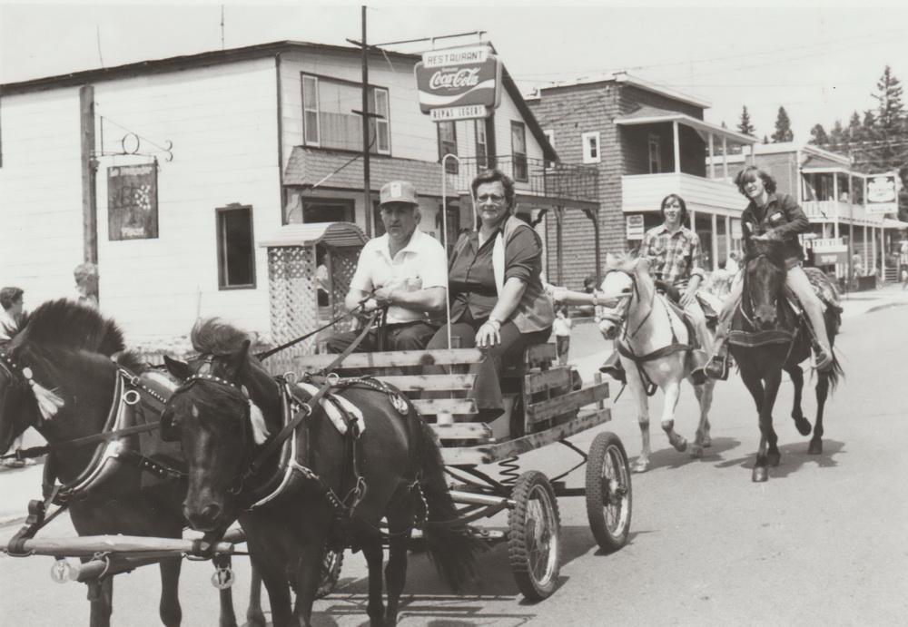 Défilé au village (année inconnue)