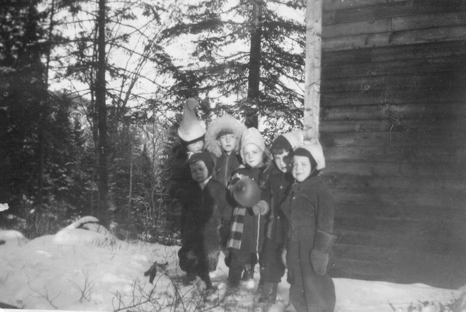 Anniversaire de Pierrot, 5 février 1950, avec Pierre Laviolette, Nicole Davidson, Andrée Laviolette, André Davidson, et Guy Davidson (devant).