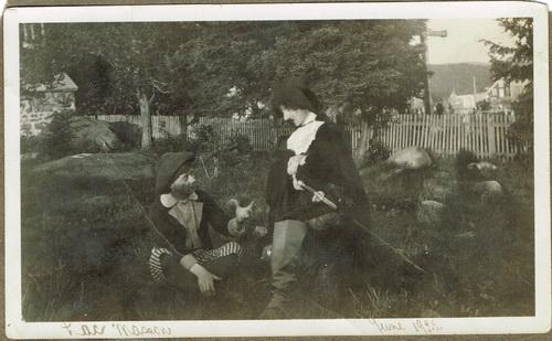 Alfred en Cyrano, à Sainte-Marguerite-du-Lac-Masson, en 1922. Il explique à Christian comment séduire Roxanne.