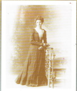 Olivine Dussault, épouse de Léonidas Dufresne, dans la vingtaine.
