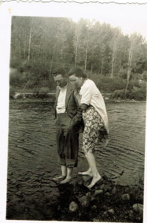 Alfred et Béatrice, sur la rivière du Nord, à Préfontaine, été 1943. Béatrice est enceinte de Pierrot.