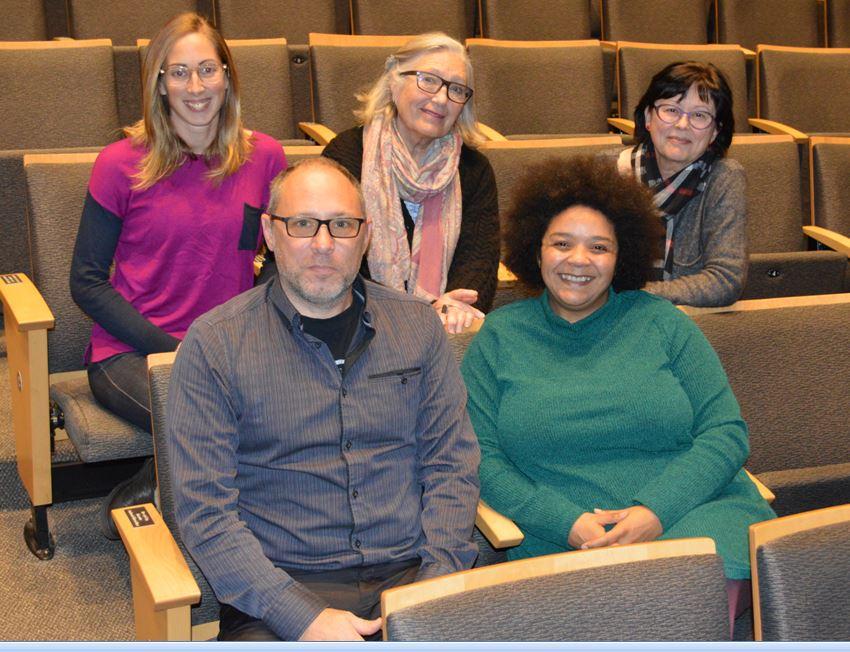 Le conseil d'administration du journal élu en octobre 2017: (première rangée) Richard Marleau, Nathalie Cauwet, (seconde rangée) Sandra Mathieu, Jocelyne Aird-Bélanger et Louise Duhamel.