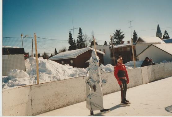 La mascotte du carnaval d'hiver vous semblera d'un air douteux, mais elle a quand même mis ses patins pour faire une course avec le champion olympique.