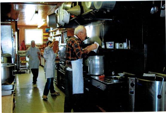 Pierre Lefevre, dans la cuisine du Rouet, prépare une de ses fameuses soupes.
