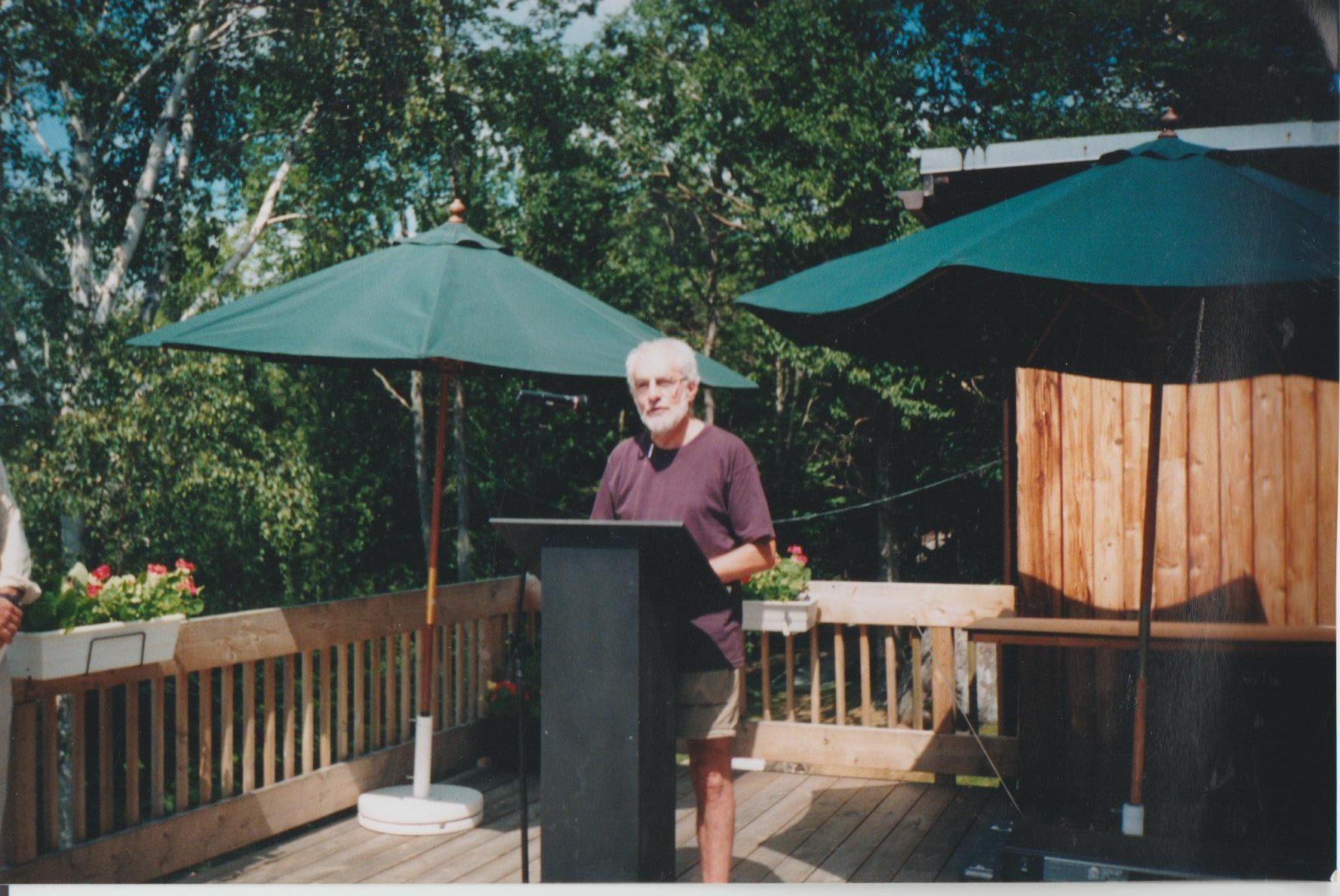 René Derouin au micro lors de l'ouverture d'un de ces symposiums.