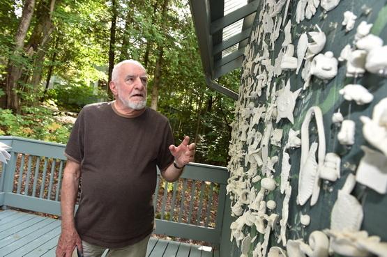 L'artiste René Derouin à sa maison de Val-David en 2014.
