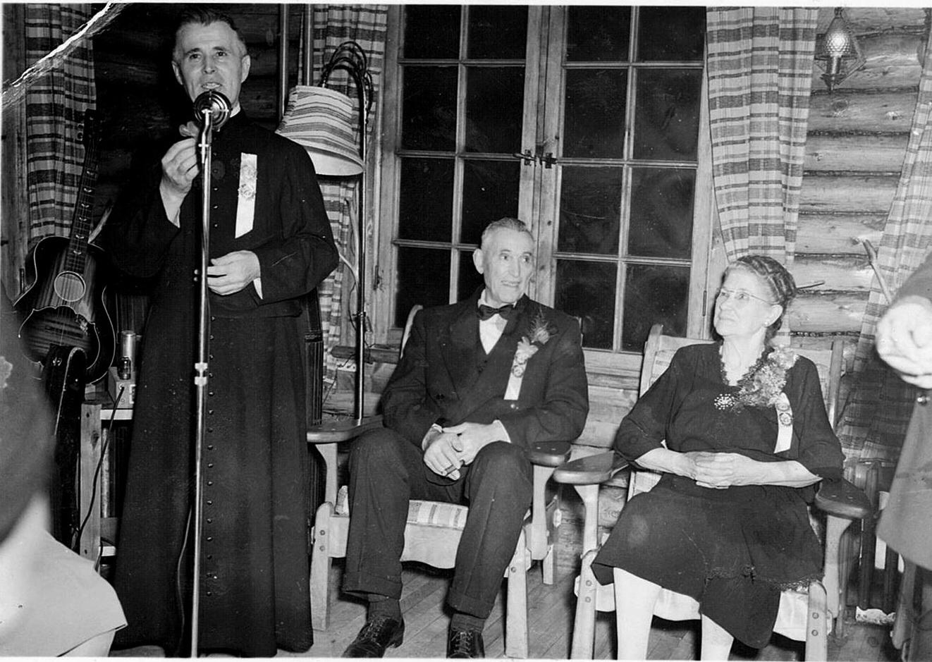 Le 60e anniversaire de mariage de M. et Mme Henri Brisebois. Ça se passait à la Sapinière en présence du curé Maurice Monty.