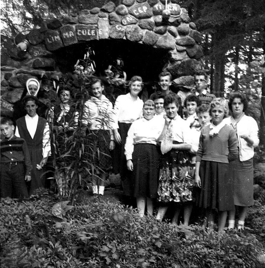 Une retraite étudiante à la grotte derrière l'école Sainte-Marie de Val-David. Nous avons quelques noms : Gisèle Saint-Louis, Madeleine Vendette, Lise Liboiron, Pierrette Ouimet, Michèle Leroux, Roger Monette et Sœur Laurette.