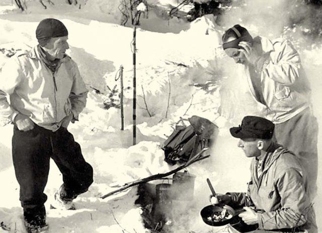 Ernest Scroggie et ses fils Ernie (en bas) et Ronnie en janvier 1938. Fonds Raoul Clouthier.